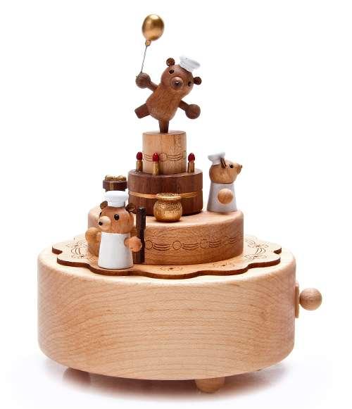 这款八音盒十分趣稚可爱,生日蛋糕配上庆生的小熊,这样的生日礼物再甜