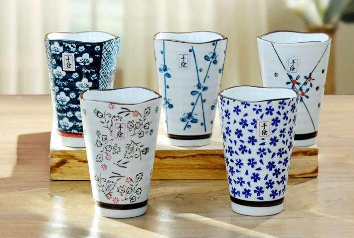 你身边有杯子控吗,看到好看的杯子就想要收集起来,即使不用,摆成一列也有满满的幸福感。其实,杯子还是一样非常好的礼物,既实用又千变万化。无论是古朴、清新、复古还是萌趣,杯子都有非常多设计供你选择。 今天挑选的是一些或古风或和风的杯子,造型多清新雅致,送给男生、女生,送给长辈、朋友都非常适合。 如果你喜欢这篇攻略,请分享给好友们吧~么么哒